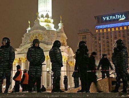 Майдан оградили металлическим забором и охраняют
