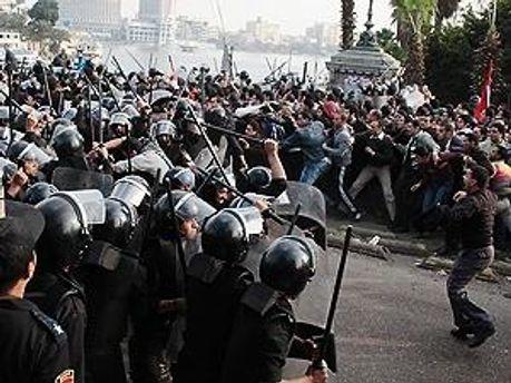 Митингующие требуют отставки Тантави
