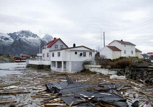 Волны разрушают дома, дороги и линии электропередач