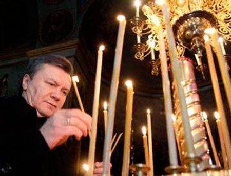 Віктор Янукович помолився на Могилі Богородиці