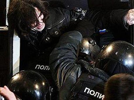 Милиция жестко ведет себя с демонстрантами