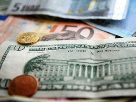 Украинский межбанк начал год с падения евро и роста доллара
