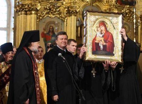 В прошлом году Почаевская лавра подарила Януковичу икону