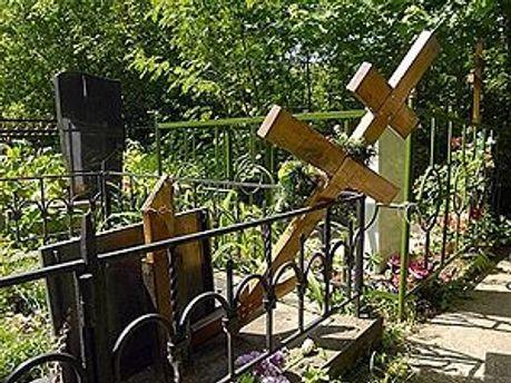 Вандал пошкодив три могили