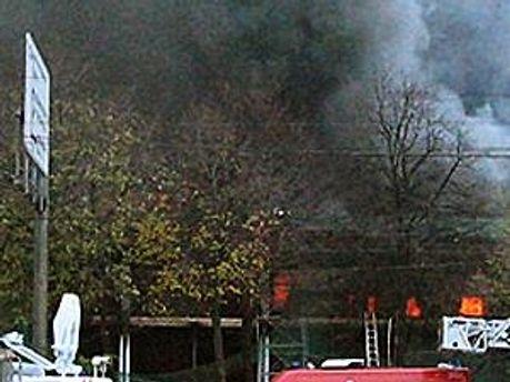 Пожарные борются с пожаром