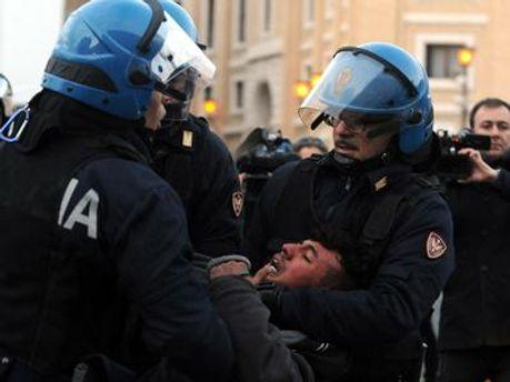 Кількох протестувальників затримала поліція