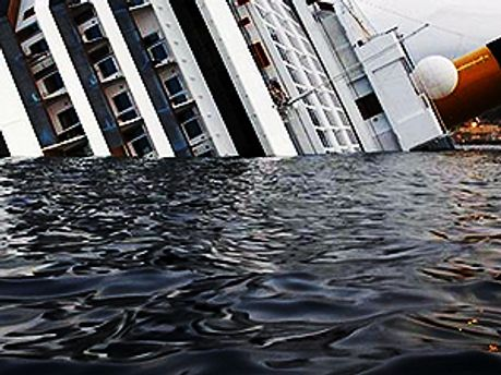Спасатели снова работают на лайнере