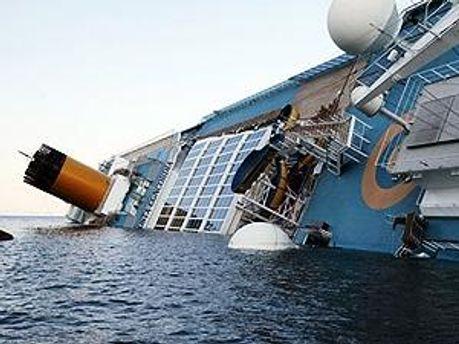 На лайнере провели два взрыва