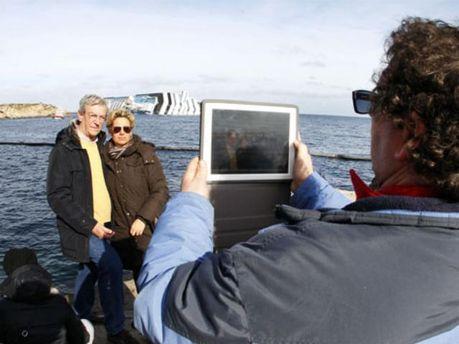 Фото на фоне затонувшего Costa Concordia все более популярны