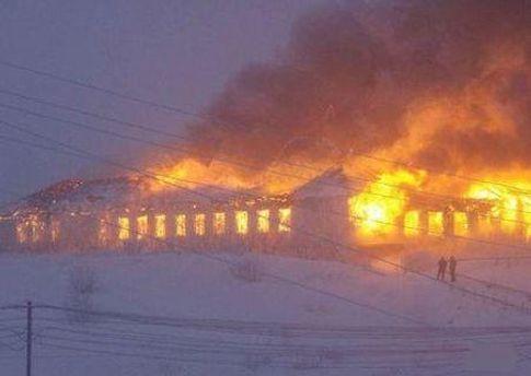 Вогнем охопило 200 квадратних метрів даху