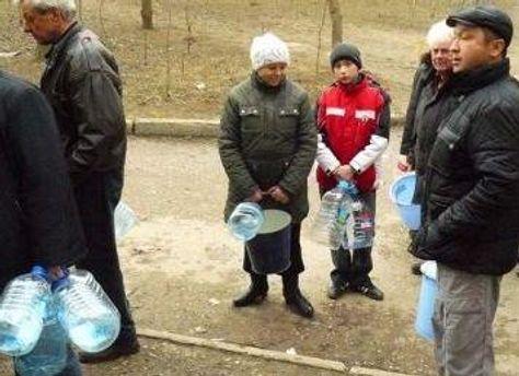 Люди в чергах чекають на воду з цистерн
