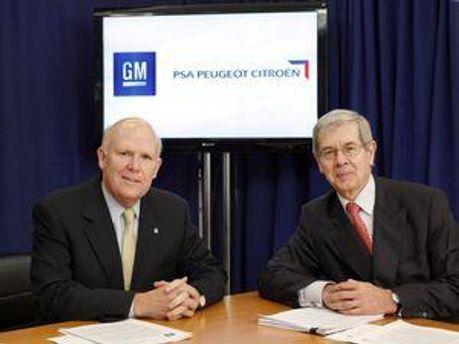 Генеральний директор General Motors Ден Aкерсон (ліворуч) і голова правління PSA Peugeot Citroën Філіп Варін