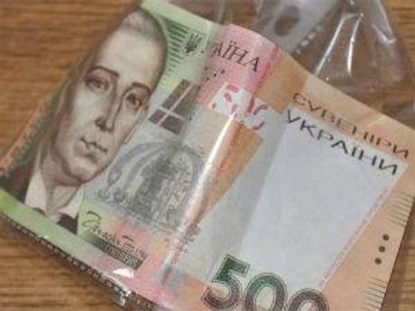 Злочинці заздалегідь придбали 77купюр номіналом 200 гривень та 78 купюр номіналом 50 доларів