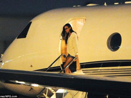 Деми Мур после посадки самолета