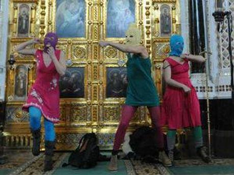 Pussy Riot під час панк-молебня в Храмі Христа Спасителя