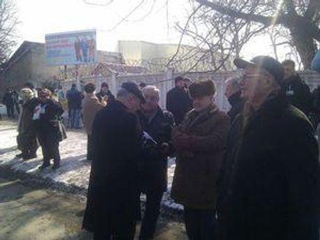 Люди передадут через охрану цветы для Тимошенко