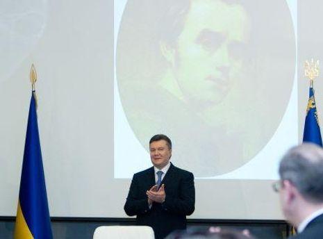 Янукович почтил память Шевченко в Каневе