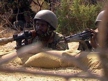 Кенийский солдат на позиции