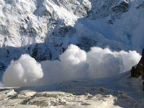 Роботу рятувальників ускладнює снігопад
