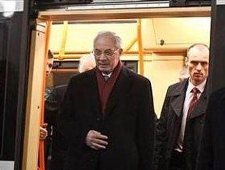 Азаров осмотрел строительство станций метро