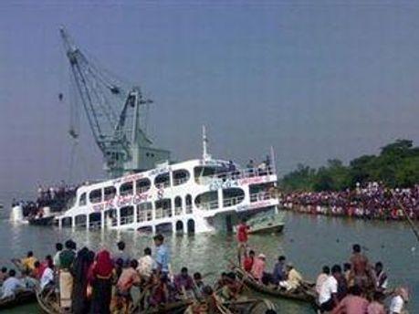 Кількість жертв аварії порому в Бангладеш збільшилася до 66 осіб