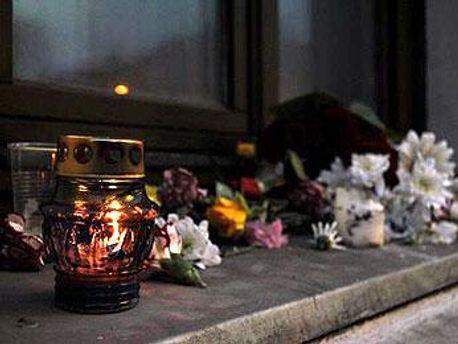 Знайомі Владислава Ковальова приносять квіти і свічки