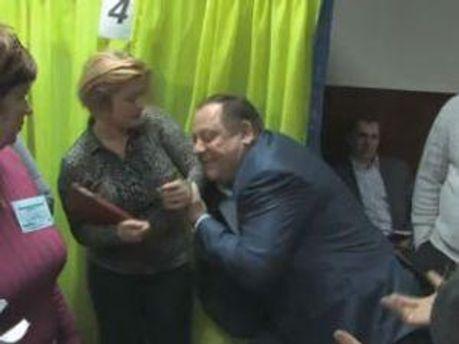 Депутат бере Геращенко під руки