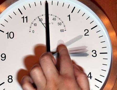Нужно перевести часы на 1 час вперед