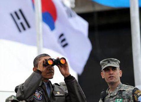 Барак Обама смотрит в сторону КНДР в демилитаризованной зоне