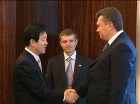 Янукович во время встречи с генеральным директором компании