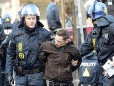 Поліція Данії та один з активістів