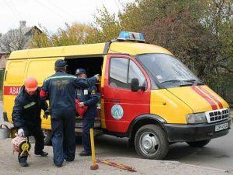 Работники газовой службы ищут утечку газа
