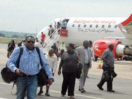 Пассажиры в кенийском аэропорту