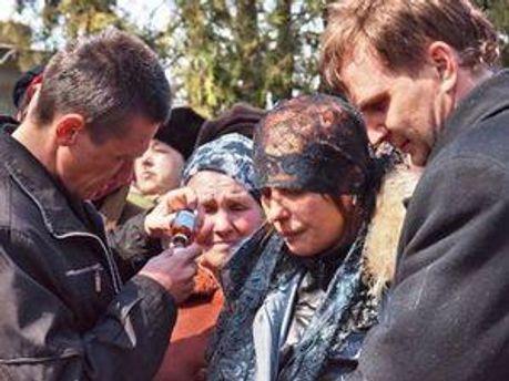 Тетяна Суровицька на похороні доньки