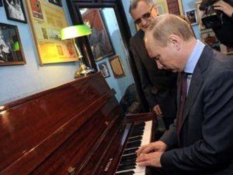 Володимир Путін грає на піаніно