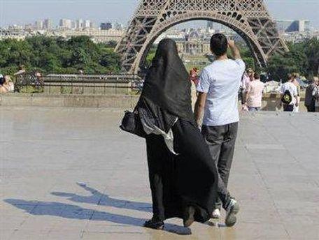 Жінка в паранджі на вулиці Парижу
