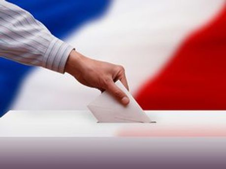 Французский избиратель бросает бюллетень в урну