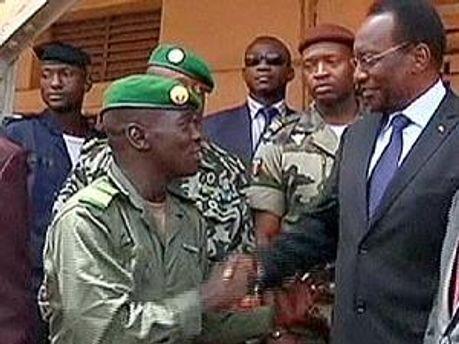 Військові і тимчасовий президент Малі