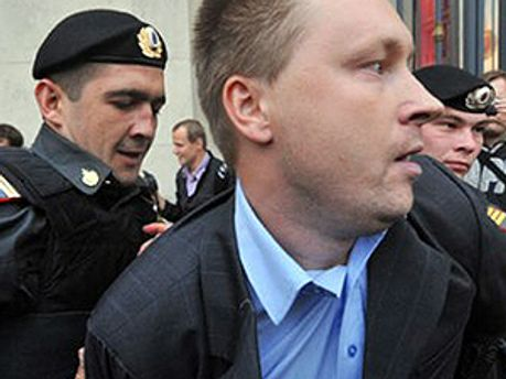 Полиция задерживает Алексеева