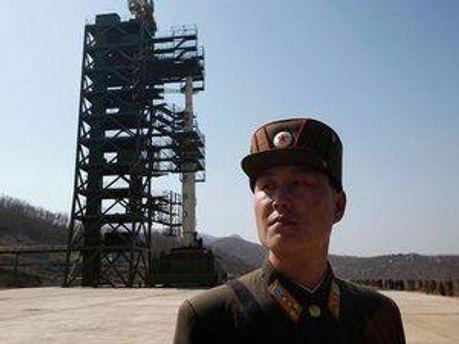 Ракета і солдат КНДР