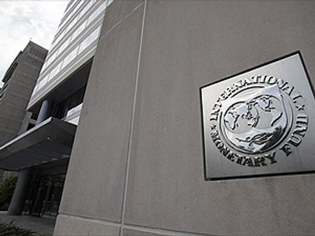 Возле офиса МВФ