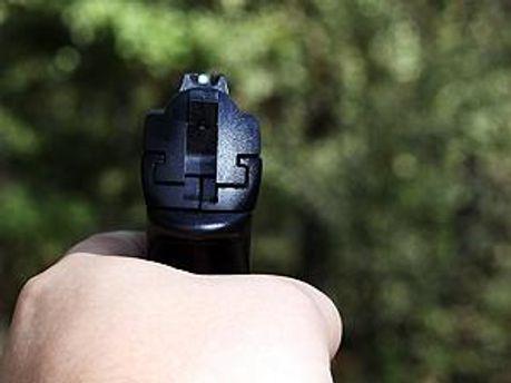 Пневматическое оружие в руке