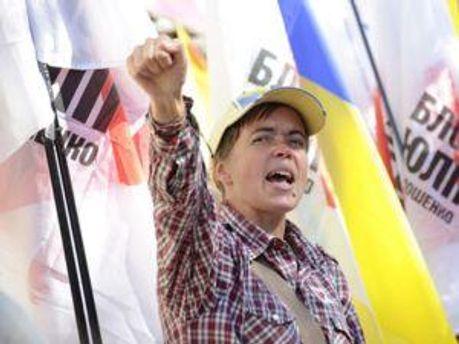 Різні гасла вигукують як противники, так і прихильники Тимошенко