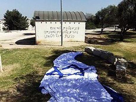 Оскверненный мемориал и сорванный флаг