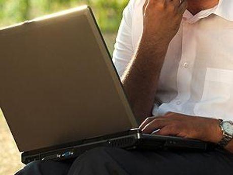 Индиец с ноутбуком