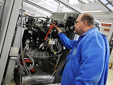 Інженер на заводі Volkswagen у Німеччині