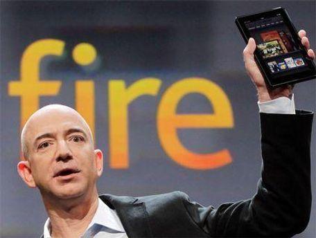 Генеральный директор Amazon Джефф Безос с планшетом Kindle Fire