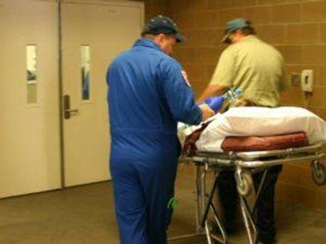 Люди перебувають у лікарнях