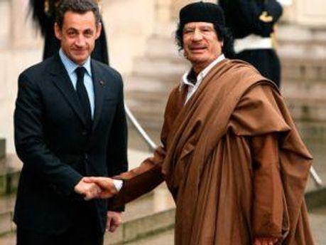 Ніколя Саркозі разом з Муамаром Каддафі