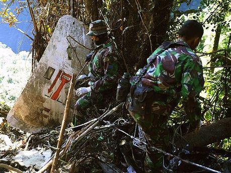 Рятувальники на місці катастрофи SSJ-100